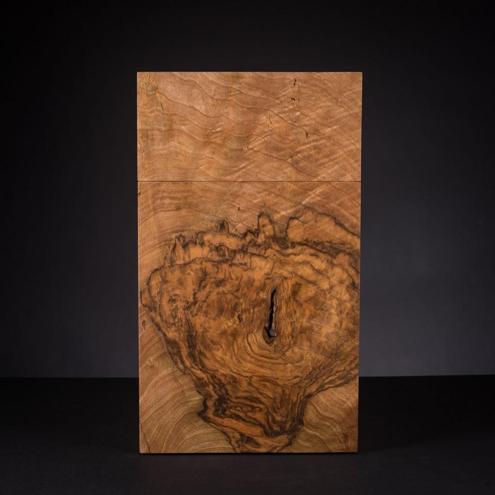 Die Frontseite der Urne aus einem wunderbar gemasertem Stück Walnuss