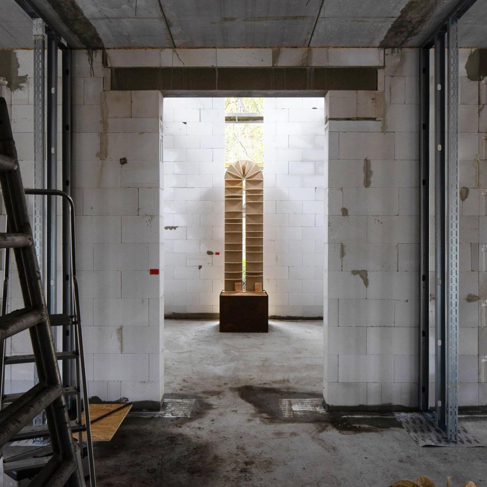 """Raum der Stille - Objekt """"Bogen"""" im Rohbau des Gebäudes"""