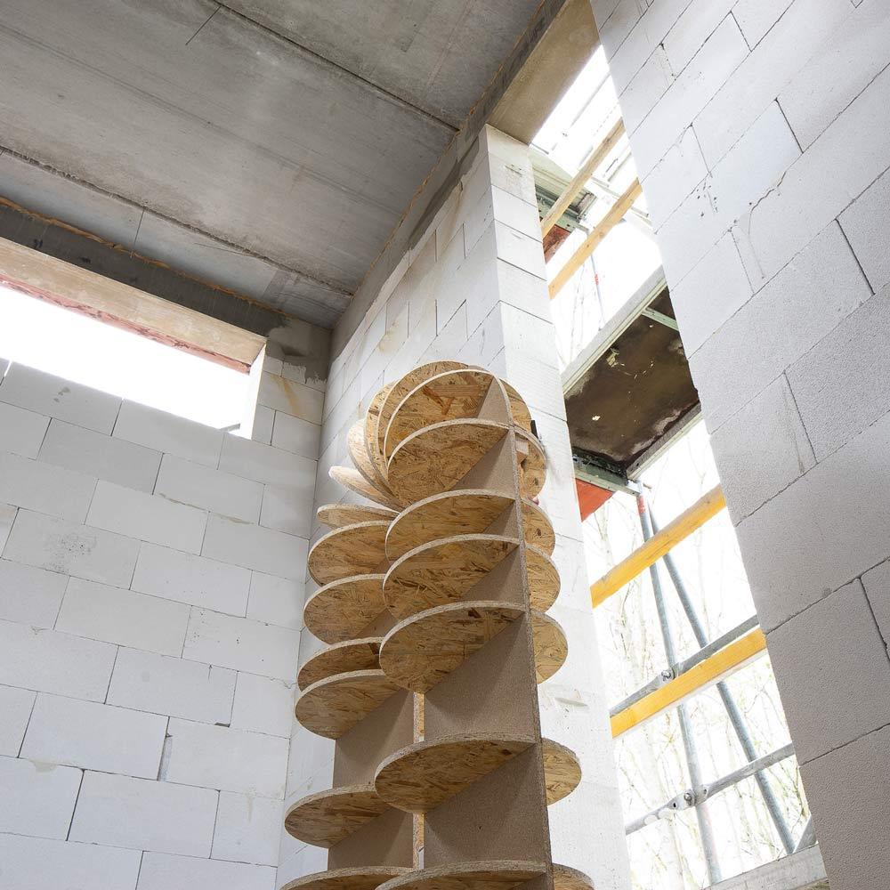 Raum der Stille - Die Kontur des Bogens im Rohbau des Gebäudes