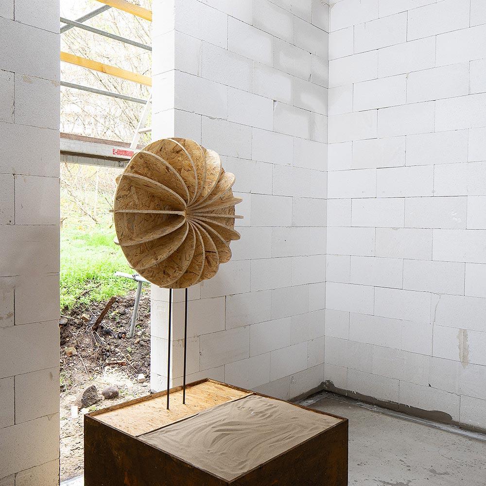 Raum der Stille - Rohbau mit Kontur eines Objektes im Maßstab 1:1