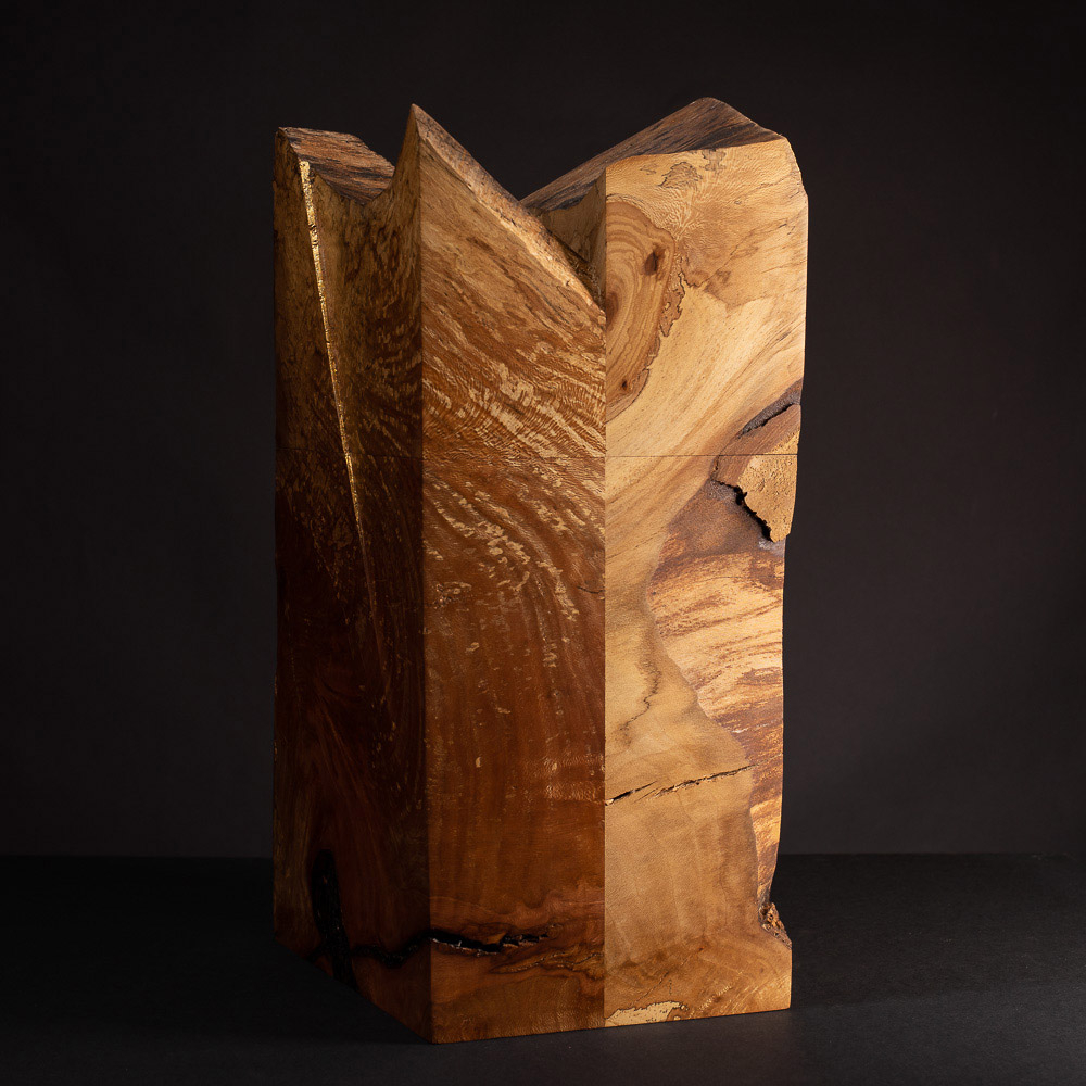 Urne aus Platanen-Holz mit vergoldeten Details