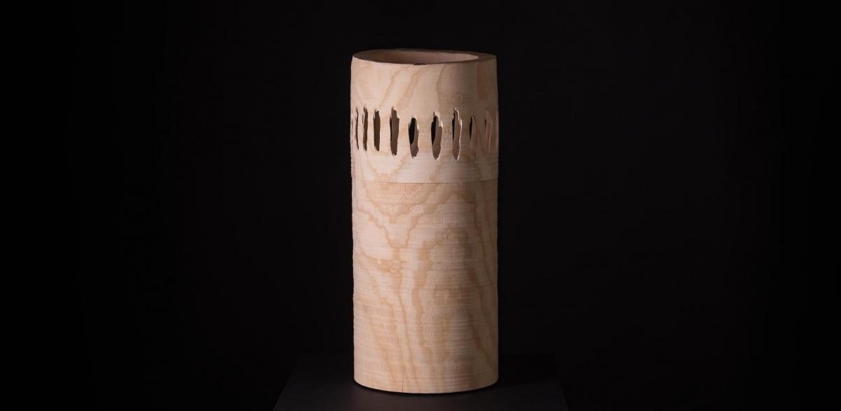 Leuchtende Urne aus Eschenholz