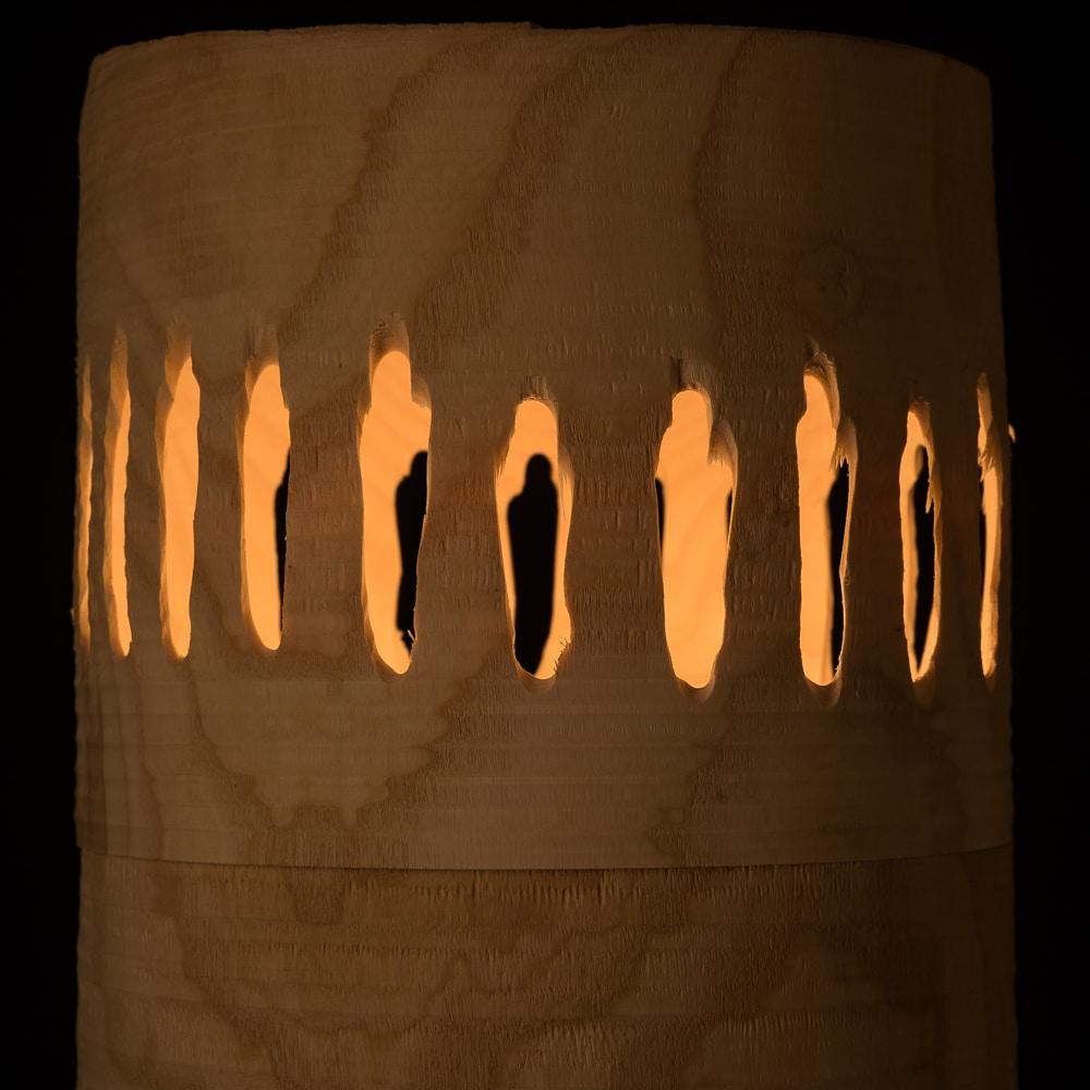 Eine leuchtende Urne aus Eschenholz