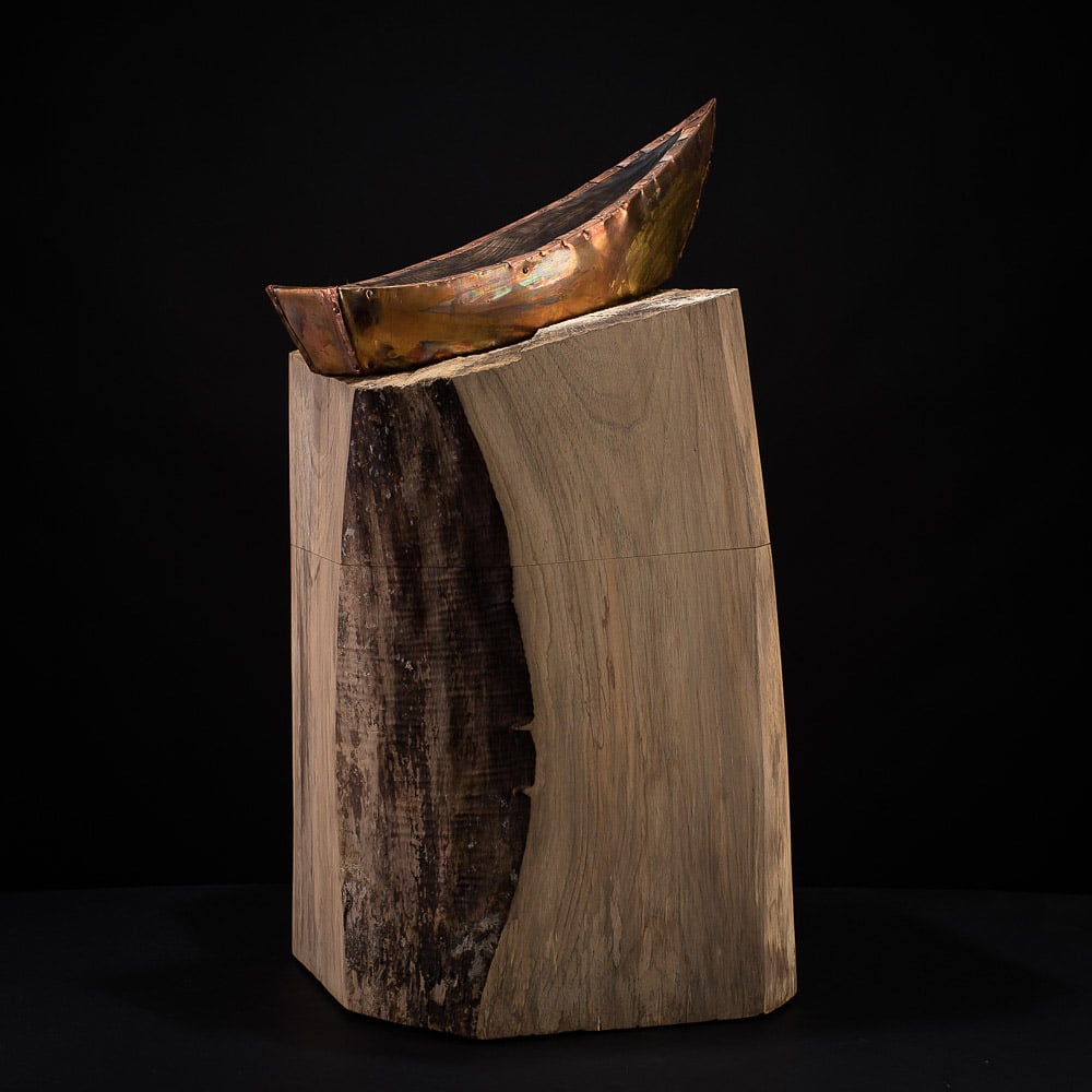 Hier entwarf ich Urne mit einem stilisierten Boot aus Kupfer und Holz