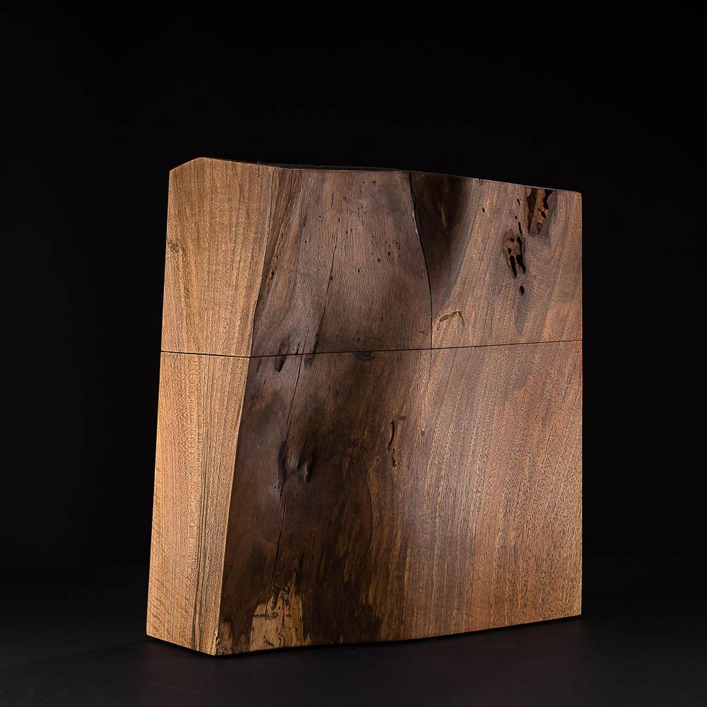 Urne aus Walnuss Holz; aus einem mächtigen hohlen Stamm geschnitten