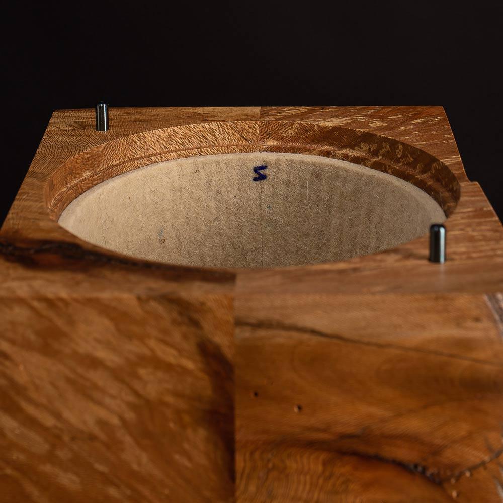 Der innere Deckel der Urne ist abgehoben